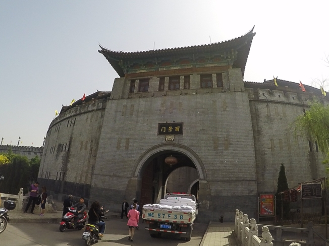 Li jing men (丽景门), the gateway to Luoyang old town.
